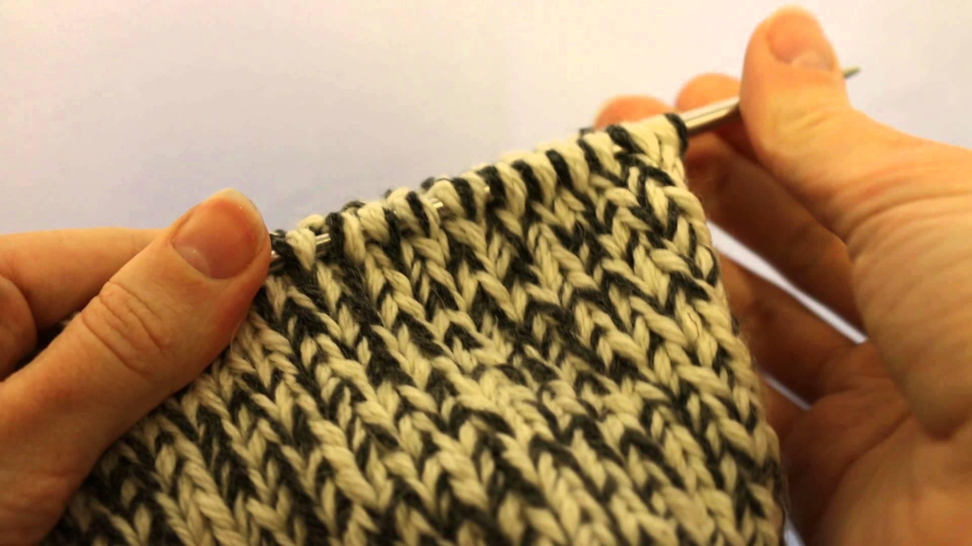 Соединить вязанье в круг спицами